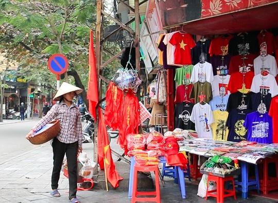 Cờ, áo phục vụ cổ động viên bán đầy trên phố Hà Nội