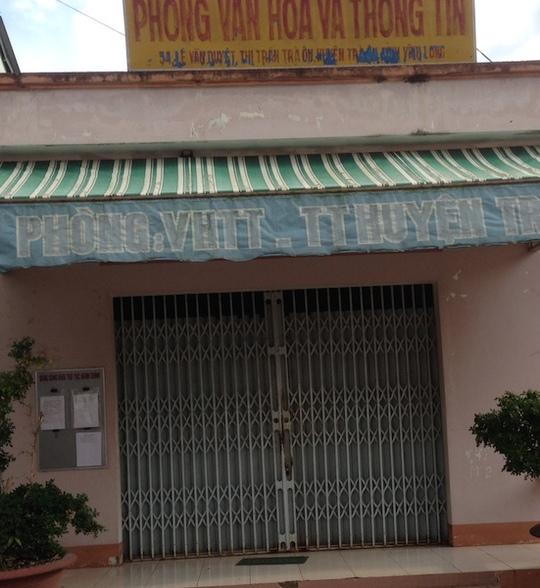 Phòng VH-TT huyện Trà Ôn đóng cửa kín mít dù còn trong giờ làm việc (Ảnh chụp lúc 15 giờ 30 phút ngày 31-10)