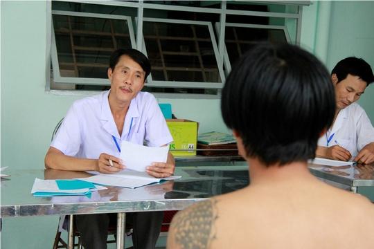 Phòng y tế đang tiến hành xét nghệm tình trạng nghiện