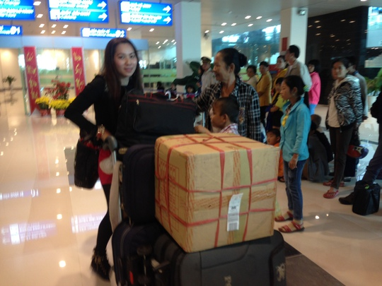 Cô dâu Việt sống tại Đài Loan về quê ăn tết từ chuyến bay Đài Bắc (Đài Loan)-Cần Thơ tại sân bay Cần Thơ