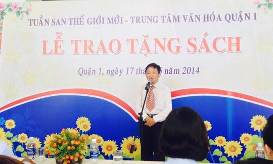 Nhà báo Vĩnh Thắng - chủ bút Tuần san Thế giới mới - phát biểu tại Lễ trao tặng sách