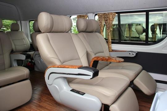 Nội thất xe tiện nghi với 8 ghế nằm bọc da thư giãn
