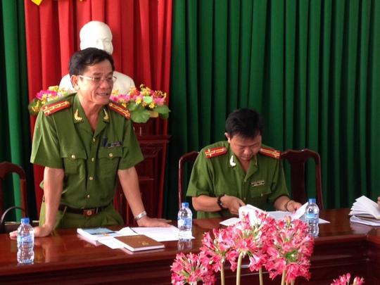Đại tá Trần Văn Tuấn (đứng) trong buổi họp báo