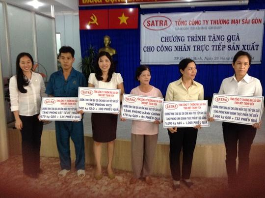 Bà Lê Minh Trang (bìa trái) trao tặng quà cho tập thể các phòng ban của VISSAN
