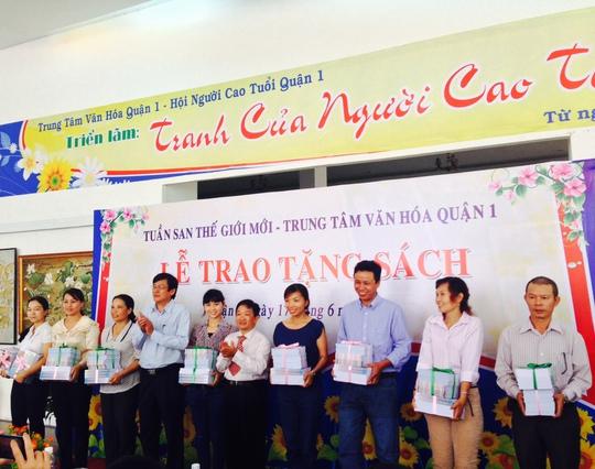 Nhà báo Vĩnh Thắng và ông Phan Trọng Quyền- Giám đốc Trung tâm Văn hóa quận 1 (thứ 4 từ trái sang)  tặng sách cho đại diện trung tâm văn hóa các quận trên địa bàn TP HCM