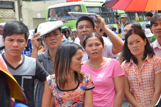 Phụ huynh đội nắng ngóng con trước Trường Nguyễn Thị Minh Khai - TP HCM, điểm thi của Trường ĐH Kinh tế