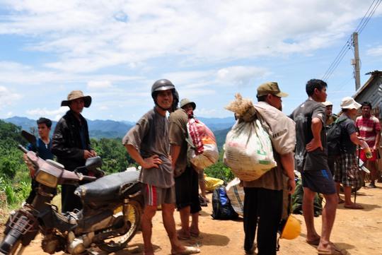 Một nhóm phu vàng trốn chạy sau khi bị công an huyện Tây Trà, tỉnh Quảng Ngãi, tổ chức truy quét.