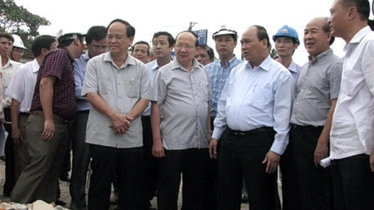 Phó thủ tướng Nguyễn Xuân Phúc (thứ ba từ phải sang) cùng lãnh đạo tỉnh Bình Định trong chuyến kiểm tra GPMB sáng 2.8
