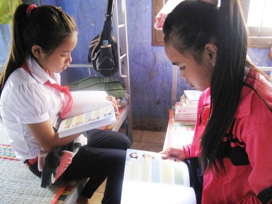 Nữ Học sinh xã nghèo Phú Mỡ say sưa học bài