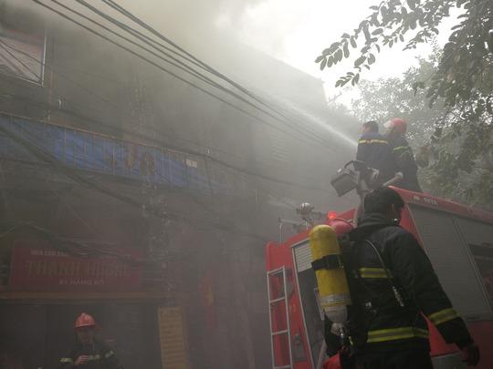Phun nước trực tiếp vào đám cháy trong căn nhà
