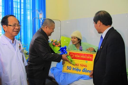 Chú thích ảnh: Ông Lê Phước Vũ tặng 50 triệu đồng cho chị Đặng Thị Hồng Ngọc – nữ công nhân duy nhất trong vụ sập hầm thủy điện Đạ Dâng. Ảnh: Hoa Sen .