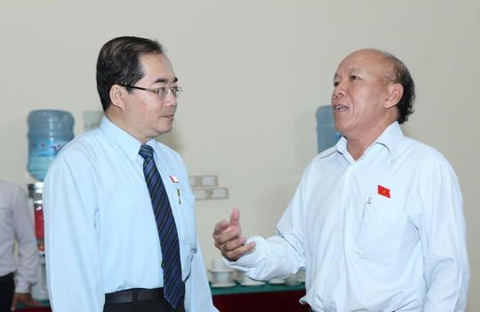 Đại biểu QH Hoàng Hữu Phước (trái) cho biết ủng hộ việc bổ sung Luật biểu tình vào chương trình xây dựng Luật năm 2015