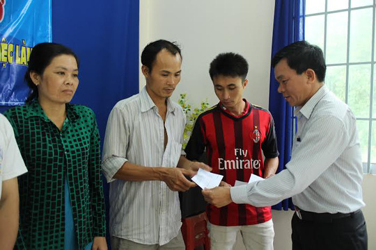Ông Nguyễn Văn Phương, Phó Chủ tịch LĐLĐ quận Thủ Đức, TPHCM trao tiền hỗ trợ cho công nhân khó khăn