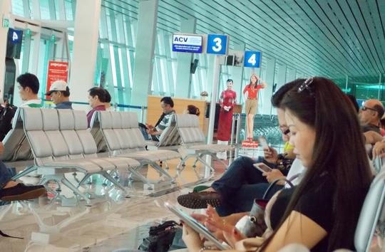 Hành khách ngồi chờ tại sân bay quốc tế Phú Quốc