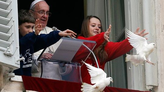 Giáo hoàng Francis chứng kiến cảnh thả bồ câu. Ảnh: Reuters