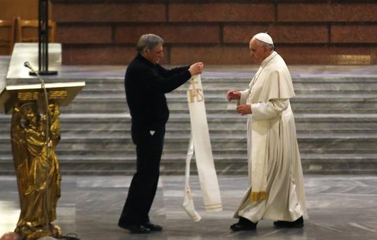 Đức Giáo hoàng nhận hòn đá của một cô gái đã bị mafia giết chết từ tay linh mục Liugi Ciotti, người đứng đầu nhóm hoạt động Libera. Ảnh: Reuters