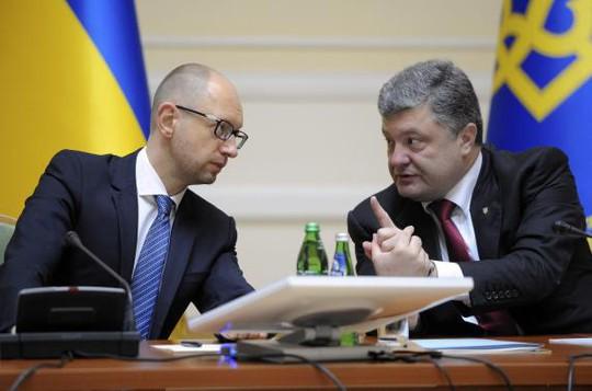 Tổng thống Ukraine Petro Poroshenko (phải) trong cuộc họp nội các hôm 10-9. Ảnh: Reuters
