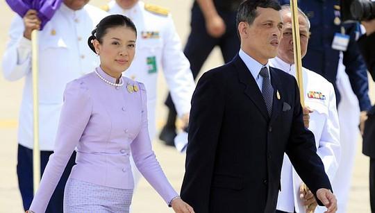 Vương phi Srirasmi sánh bước cùng Thái tử Vajiralongkorn tại một sự kiện năm 2006 - Ảnh: Reuters