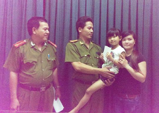 Bé Thanh được công an bàn giao trong niềm hạnh phúc của gia đình