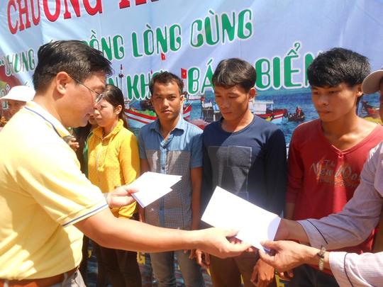 Đại diện Tổng Công ty CP bảo hiểm Bảo Long trao hỗ trợ cho ngư dân Lý Sơn.