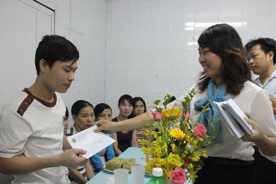 Bà Hồ Bích Ngọc, Chủ tịch LĐLĐ quận 1, TP HCM, tặng quà cho công nhân có hoàn cảnh khó khăn