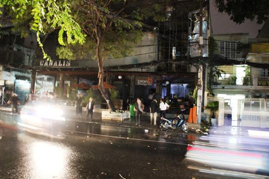 Quán bar Planb trên đường Hai Bà Trưng, quận 3-TP HCM, cháy trong cơn mưa tối 28-6.