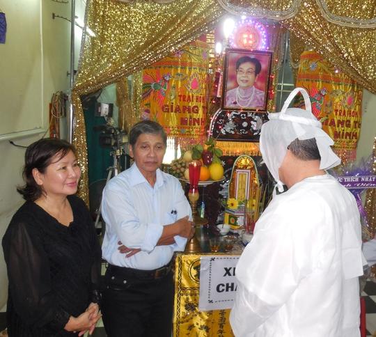 Vợ chồng NSƯT Phương Quang tiễn biệt bà bầu Kim Chưởng.