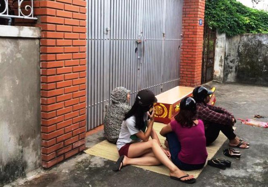 Nhóm người mang quan tài đặt trước cổng nhà ông Hòa - Ảnh: C.P