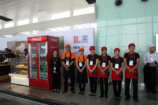 Quầy phục vụ đồ uống và đồ ăn nhanh đã xuất hiện ở các hành lang cửa ra tàu bay trong thời gian vận hành thử