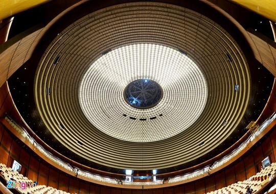 Hội trường gồm 2 tầng, sử dụng toàn bộ hệ bàn nâng, ghế ngồi làm việc của đại biểu hình vòng cung đã lắp đặt đầy đủ. Chiều 3/10, các công nhân đang hoàn thiện nốt phần trải thảm.