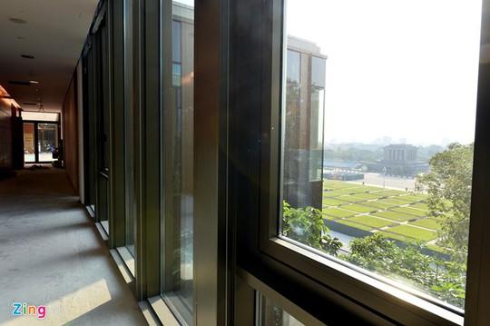 Các tầng 2 đến 5, các mặt sử dụng khung nhôm kính tận dụng nguồn ánh sáng trời.