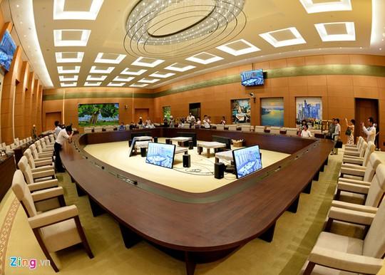 Phòng họp của Ủy ban Thường vụ Quốc hội với hệ thống 6 màn hình xung quanh giúp các đại biểu dễ dàng quan sát diễn biến phiên họp.