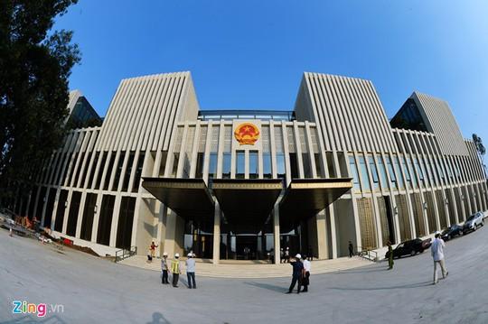 Nhà Quốc hội trên đường Độc Lập (quận Ba Đình) cao 39 m, có kiến trúc hình vuông đã cơ bản hoàn thành để chuẩn bị phục vụ kỳ họp thứ 8, Quốc hội khóa 13 vào 20-10.