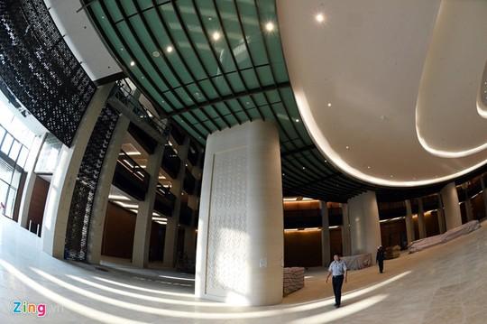 Tòa nhà có khu vực đỗ ôtô ngầm quy mô 3 tầng hầm với sức chứa hơn 500 chiếc, diện tích trên 17.000 m2. Đường hầm nối Nhà Quốc hội và Bộ Ngoại giao dài 60 m, có 2 phần đường dành cho người đi bộ và ôtô riêng biệt.