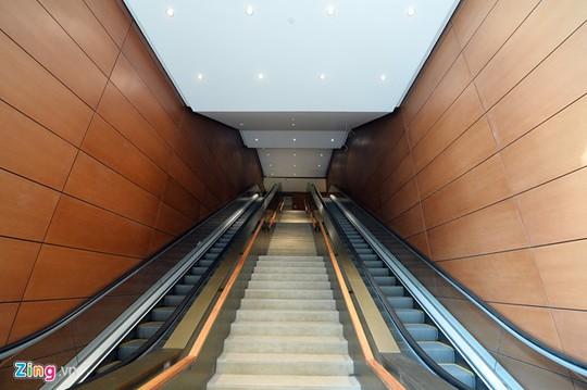 Hai bên là hai hệ thống thang cuốn chạy từ tầng 1 đến tầng 3. Còn lại các tầng khác phải sử dụng thang máy.