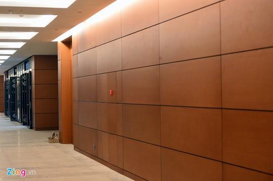 Tổng cộng có hơn 700 bộ cửa gỗ, các vách ngăn được sử dụng khung nhôm, vách kính mặt đứng, đóng tấm thạch cao và gia công tấm tường ốp gỗ với những mảng màu gần giống Trung tâm Hội nghị quốc gia Mỹ Đình.