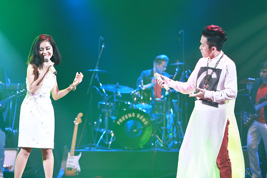 Sau khi song ca ăn ý cùng Tùng Dương ca khúc Trăng khát, Hoàng Quyên nói Tùng Dương hát mềm mại và nâng niu bạn hát cùng