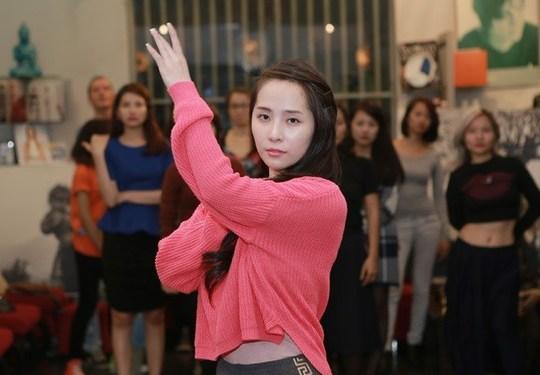 """""""Cá sấu chúa"""" Quỳnh Nga luyện tập để lên sân khấu làm người mẫu tóc ngày 19-11 tới"""