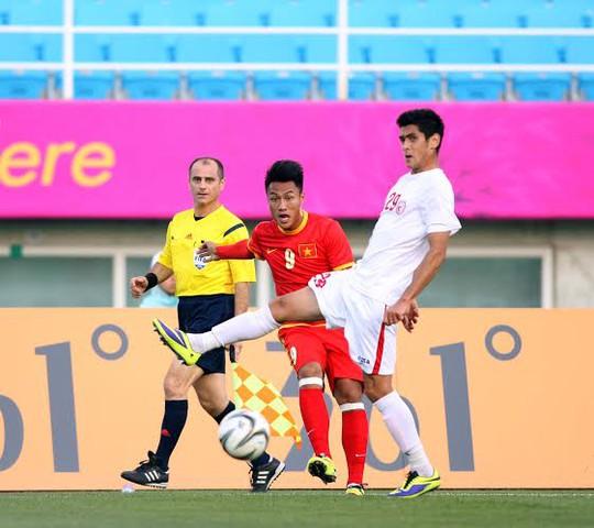 Mạc Hồng Quân vẫn chơi rất xông xáo trên hàng công Olympic Việt Nam