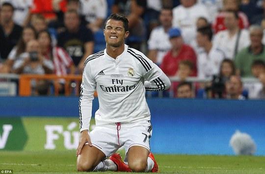 Ronaldo đau đớn sau khi bị đối thủ chơi xấu