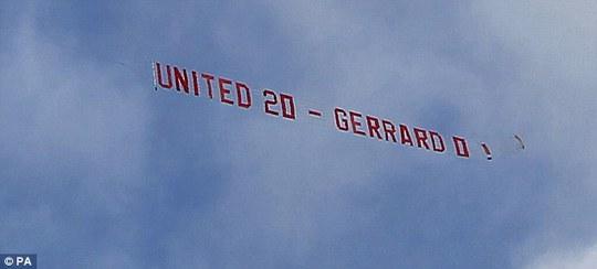 Hình ảnh tấm băng-rôn của các CĐV M.U dành cho Gerrard
