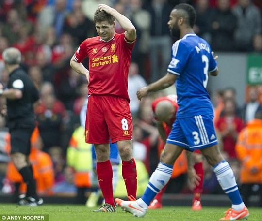 Gerrard vô cùng tiếc nuối sau pha đón bóng hụt và trượt chân