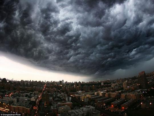 Bão Derecho là một hệ thống bão lớn được tạo thành từ giông và gió mạnh, để lại dấu vết của sự hủy diệt kinh khủng. Nguyên nhân chính của siêu bão là nhiệt độ cao tại khu vực kết hợp với luồng khí phát ra từ máy bay.