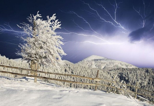 Hoạt động của giông tuyết giống hệt một cơn bão bình thường. Đó là sự kết hợp của luồng không khí ẩm thấp với luồng không khí có độ ẩm cao hơn gây ra sấm sét và mưa dông. Các chuyên gia thời tiết nói rằng sự xuất hiện của tuyết sấm sét nghĩa là tuyết rơi nặng hơn.