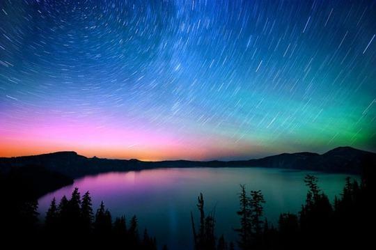 Chúng ta đều biết ánh sáng phương Bắc thường xuất hiện như xoáy màu xanh da trời và xanh lá cây trên bầu trời. Đôi khi những cơn bão mặt trời có cường độ lớn đã tạo ra kính vạn hoa đầy màu sắc và có thể nhìn thấy trong các vùng mà con người chưa từng chứng kiến.