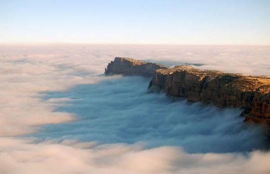 Hiện tượng mây đảo ngược được gây ra bởi không khí lạnh vẫn còn ở gần mặt đất và không khí ấm hơn di chuyển lên trên. Hiện tượng này kéo dài cả ngày cùng với sương mù và chỉ tan khi trời bắt đầu tối dần.