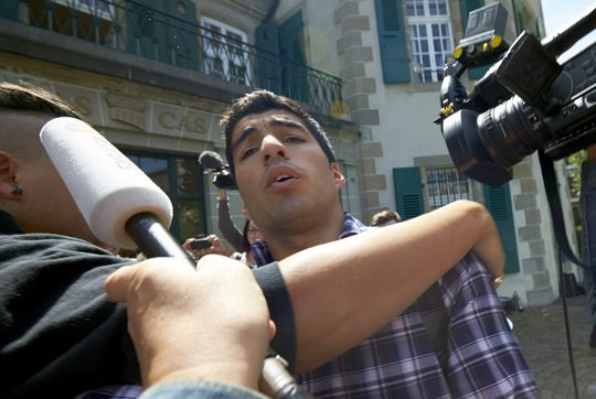 Suarez từ chối trả lời phỏng vấn sau khi bước ra từ Tòa án Trọng tài thể thao thế giới hôm 8-8
