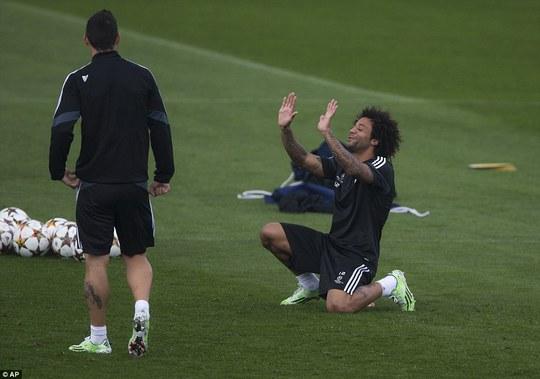 Marcelo vui đùa trên sân tập