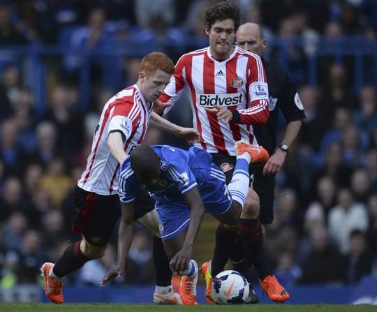 Ramires bị các cầu thủ Sunderland chăm sóc rất kỹ