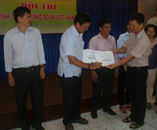 Đại diện CĐ Resco (thứ hai từ trái sang) nhận tiền ủng hộ từ các đơn vị trực thuộc